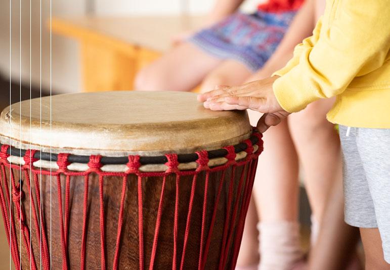 Trommeln im Musikunterricht